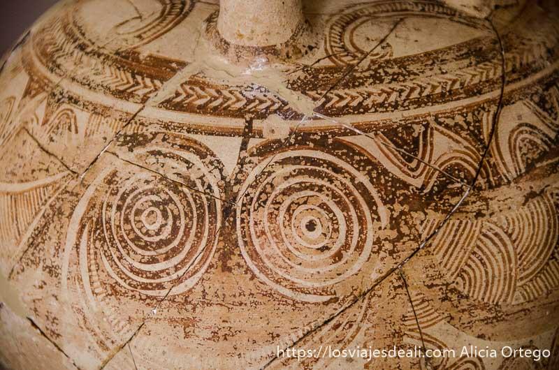 vasija de cerámica antigua con espirales pintadas del museo arqueológico de la capital de naxos