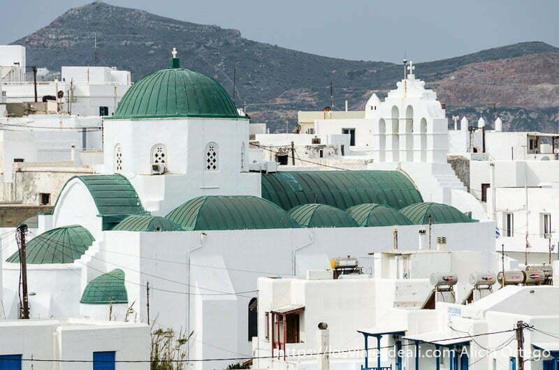 catedral de naxos con cúpulas verdes y campanario blanco