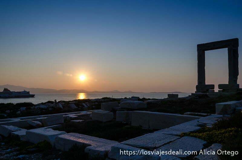 restos del templo de apolo, sol poniéndose y portara de la capital de naxos