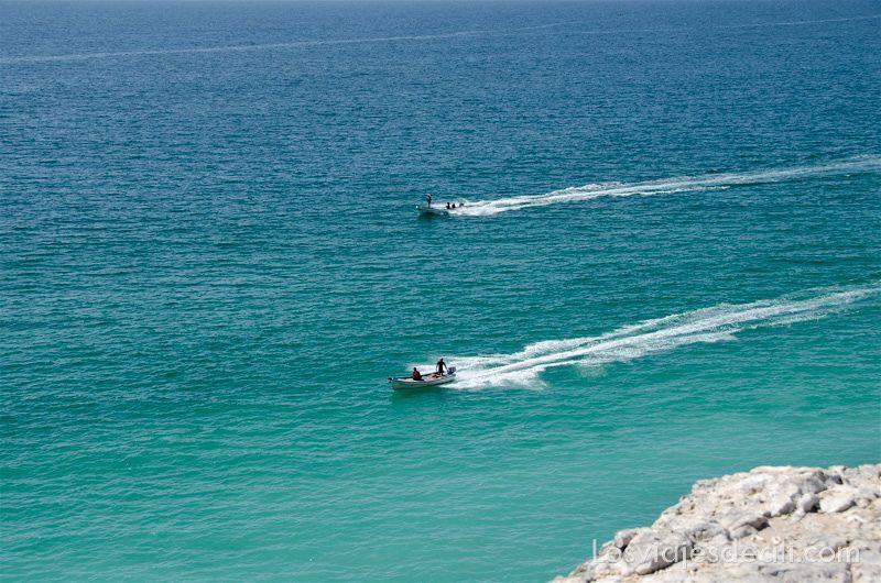barcas de pescadores desde lo alto de un acantilado el mundo desde arriba