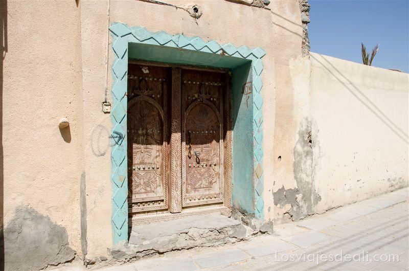 puerta de madera labrada en un oasis de omán puertas y ventanas del mundo