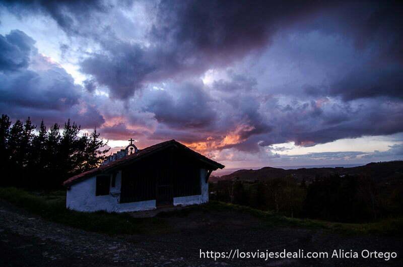 ermita con grandes nubes iluminadas por el sol del atardecer qué ver en getaria y alrededores