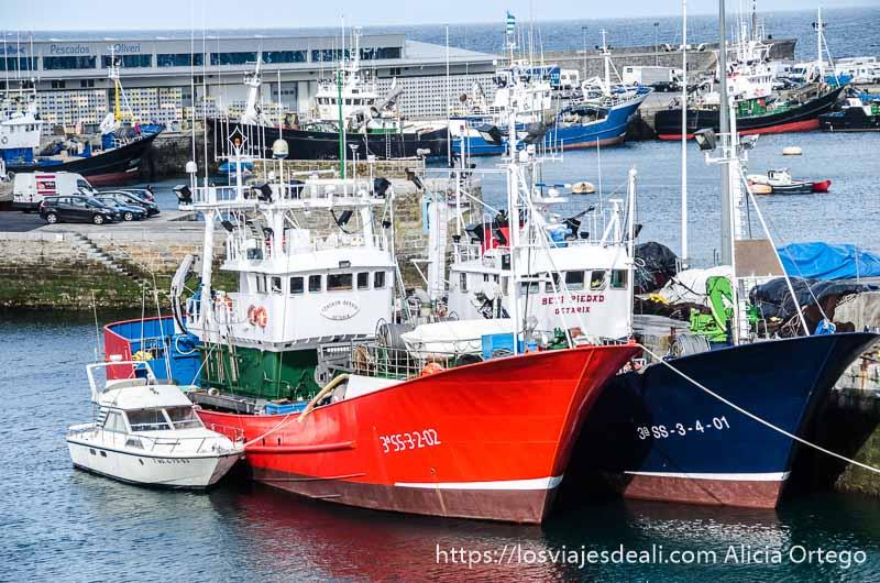 barcos pesqueros de color rojo y verde en el puerto de getaria