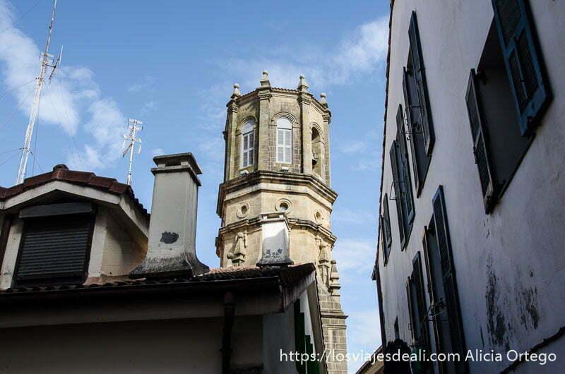 torre octogonal de la iglesia de getaria entre casas qué ver en getaria y alrededores