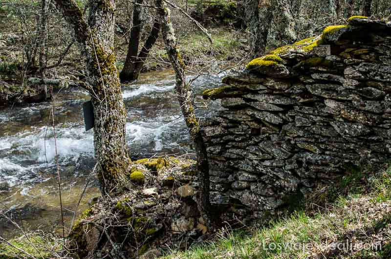 río jarama y construcción de piedra en la orilla sierra del rincón