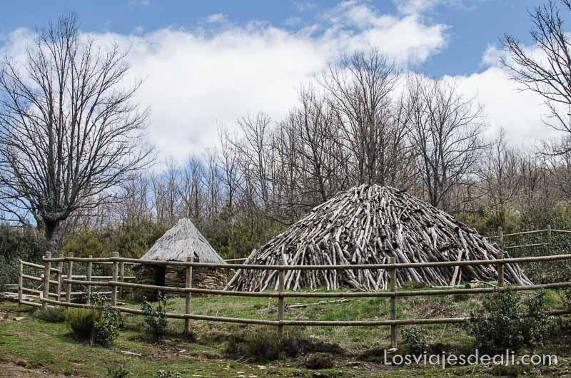 carbonera tradicional es un montón de troncos en forma cónica en la sierra de madrid