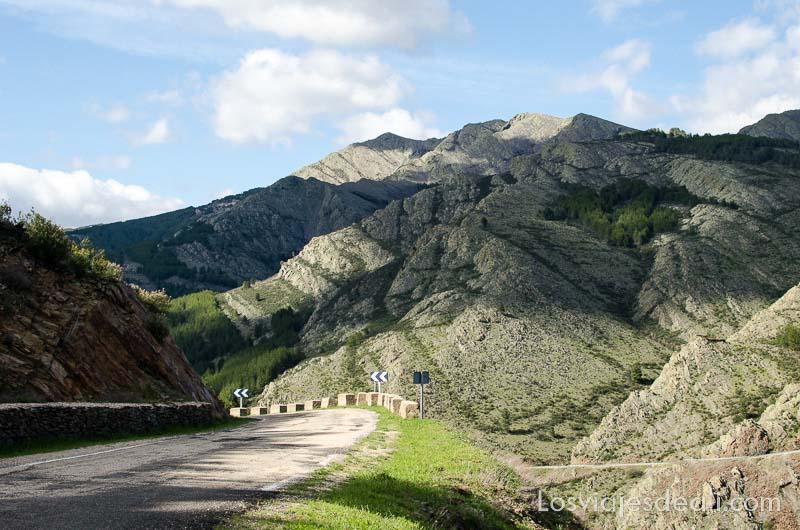 sierra del rincón desde la carretera con claros y sombras por las nubes