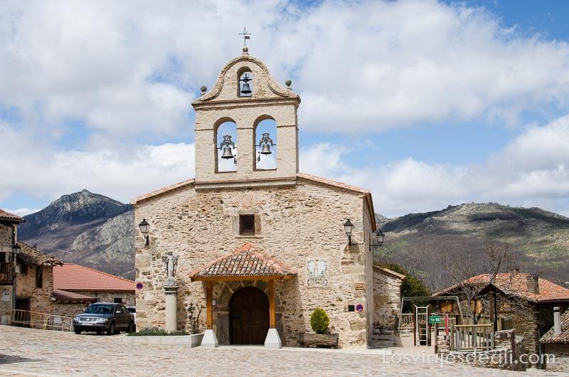 plaza con la iglesia de la hiruela y la sierra del rincón detrás