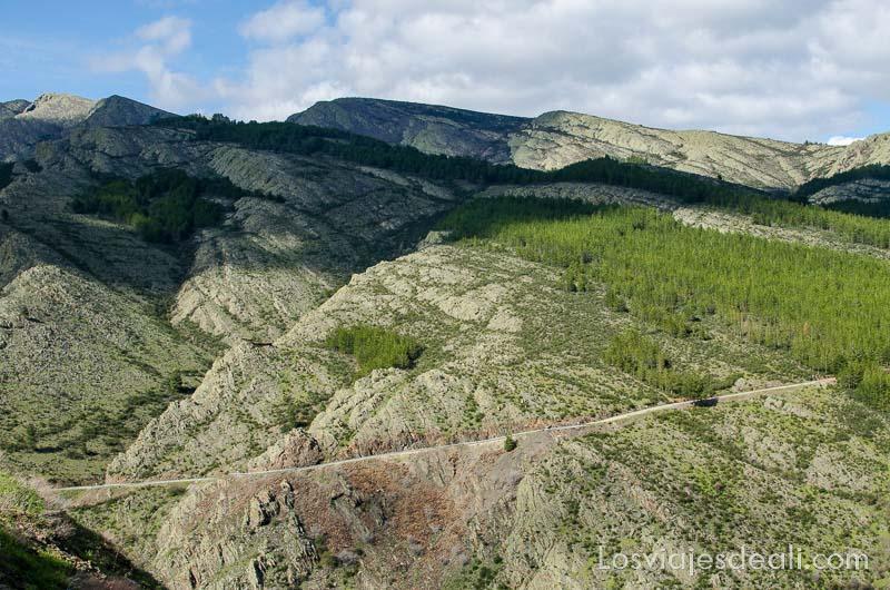 montes de la sierra del rincón con carretera atravesando ladera