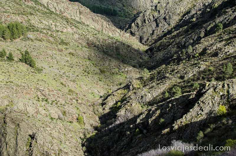 laderas de roca y algo de vegetación empinadas haciendo triángulo en la sierra del rincón en madrid