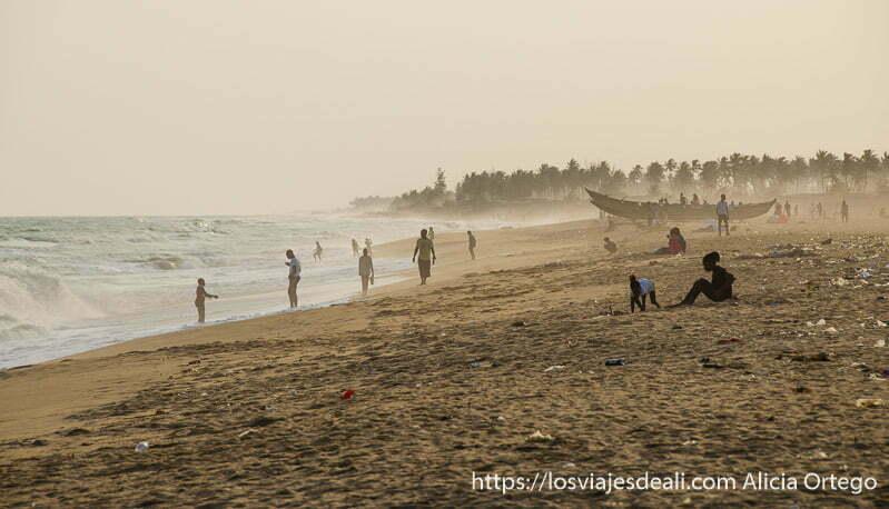 playa de cotonou con luz de atardecer y una pareja sentada mirando el mar