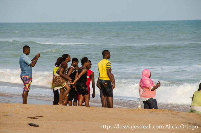grupo de jóvenes en la orilla del mar en la playa de cotonou