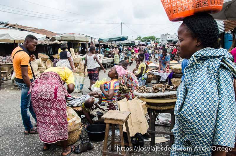 puestos y mucha gente en el mercado de cotonou