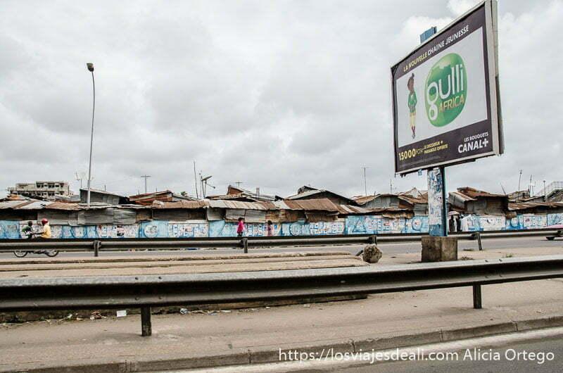 gran barrio de chabolas desde la carretera en cotonou