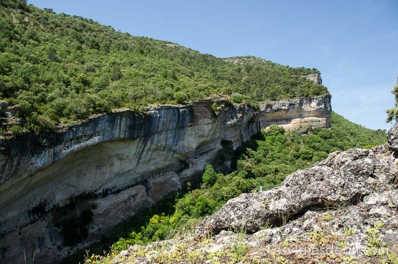 paisaje de montaña verde con cortado vertical de roca bajo cielo azul fin de semana de actividades en cuenca