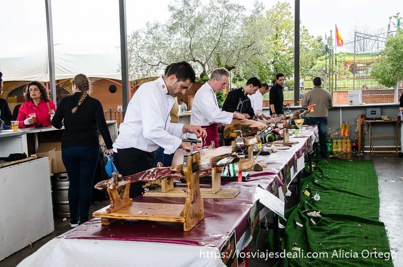 cortadores de jamón profesionales en fila gastronomía extremeña