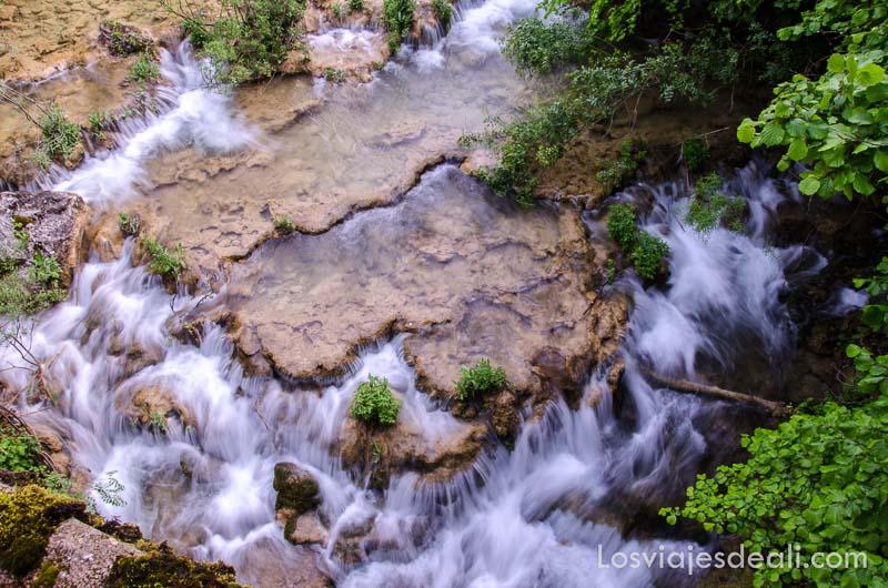 agua fluyendo sobre rocas vista desde arriba qué ver en la provincia de cuenca