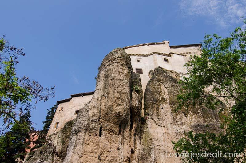 casa colgada sobre la roca vista desde abajo qué ver en la provincia de cuenca