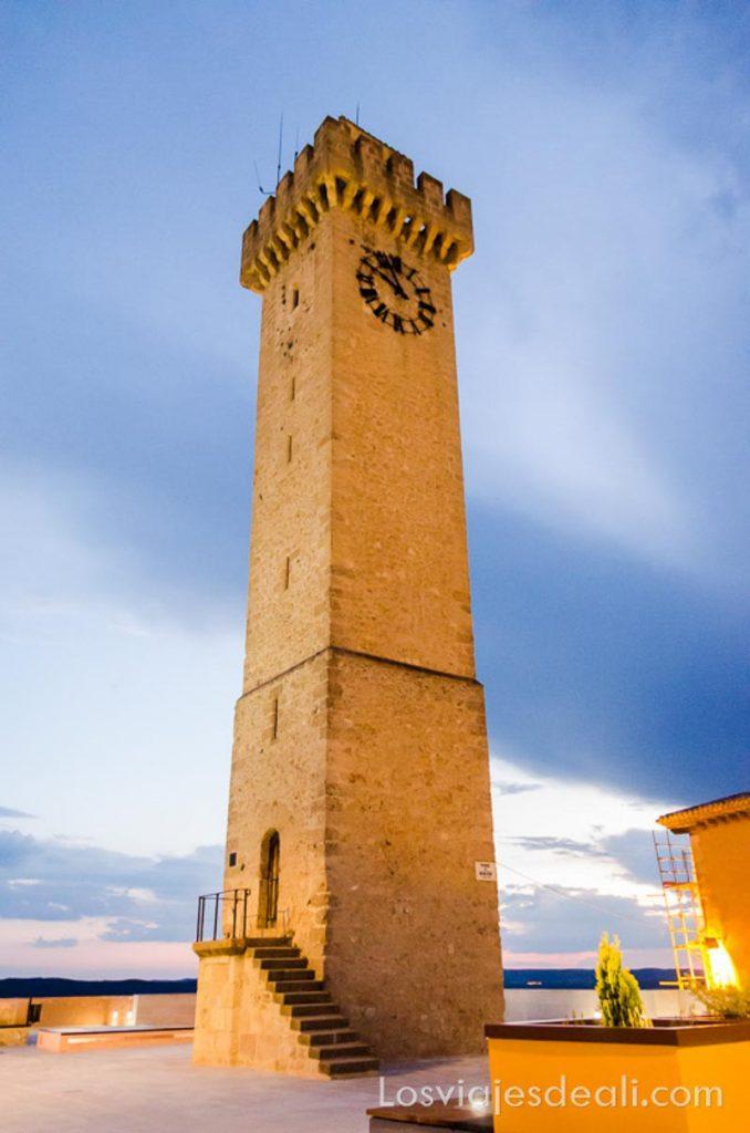 torre del reloj iluminada al atardecer qué ver en la provincia de cuenca