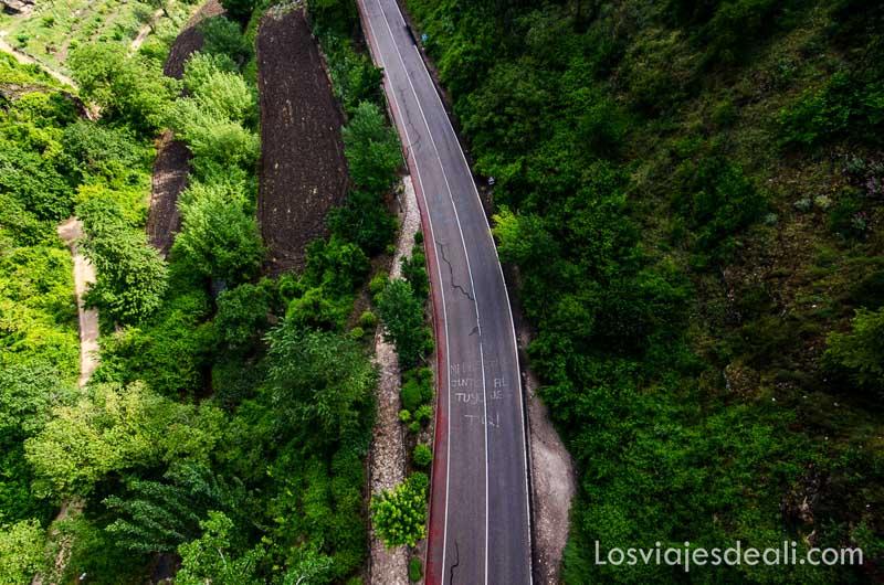 carretera atravesando paisaje verde desde arriba qué ver en la provincia de cuenca