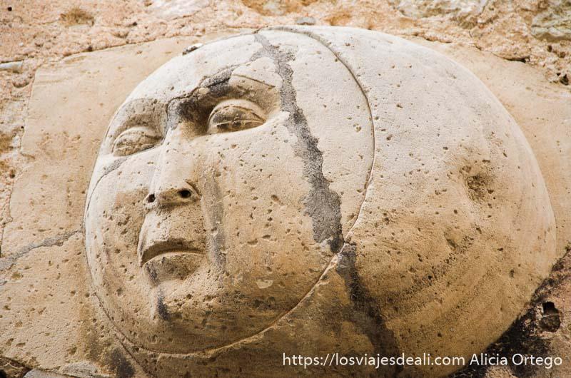 relieve de piedra con cara de la luna en sóller ruta por los pueblos de la tramontana