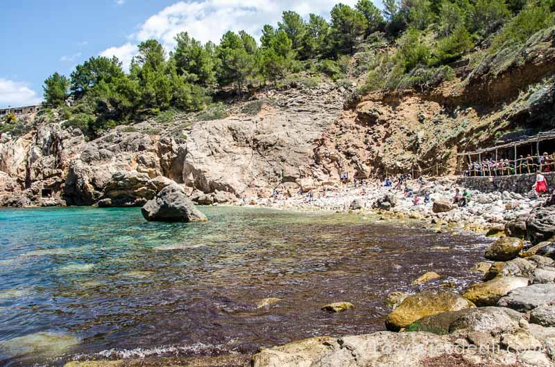 cala de deiá con agua de azul turquesa y rocas en la orilla ruta por los pueblos de la tramontana