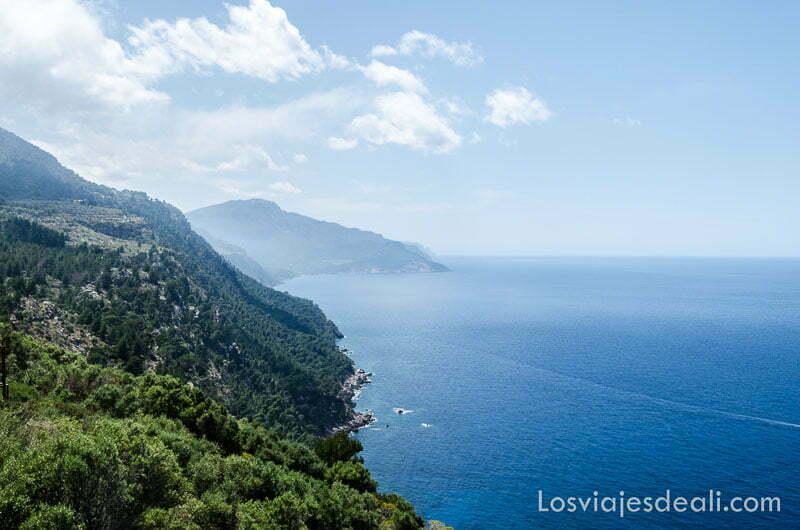 panorama de la costa con el mar de azul profundo ruta por los pueblos de la tramontana