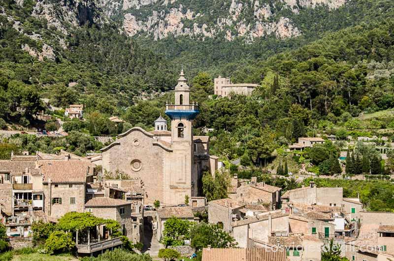 iglesia de valldemossa con casas alrededor