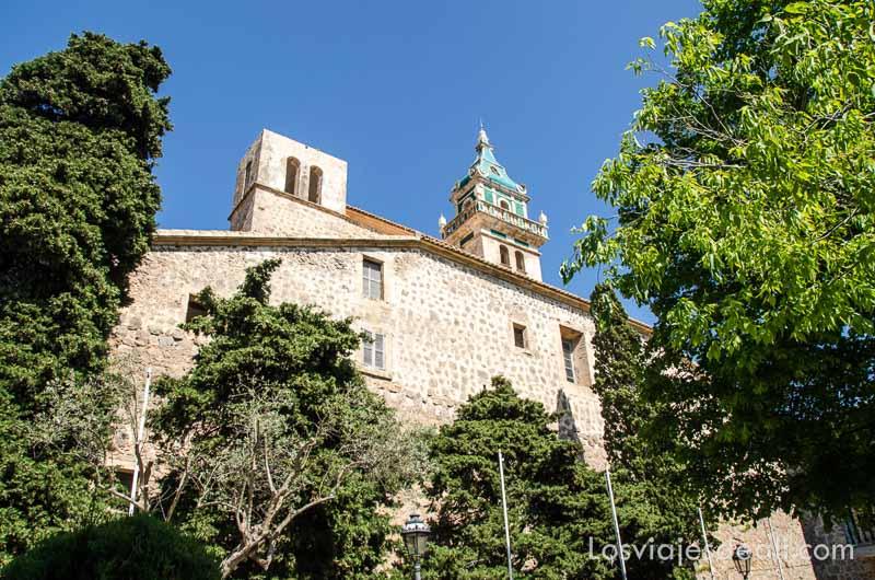 campanario de valldemossa con balcón curioso desde los jardines que rodean la iglesia ruta por los pueblos de la tramontana