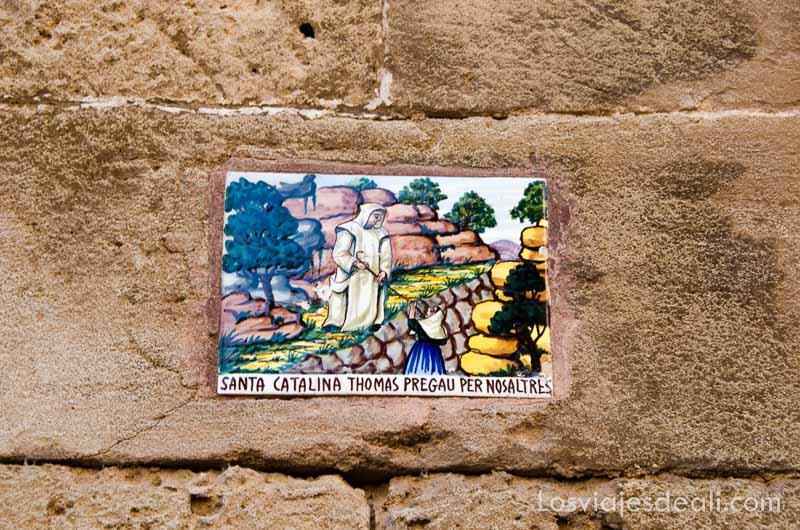 azulejo con escena de monje y santa catalina en valldemossa