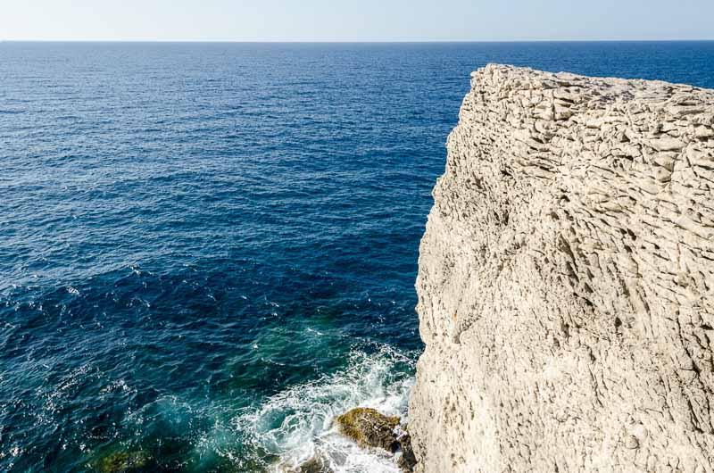 extremo de acantilado con forma de quilla de barco frente al mar ruta por los pueblos de la tramontana