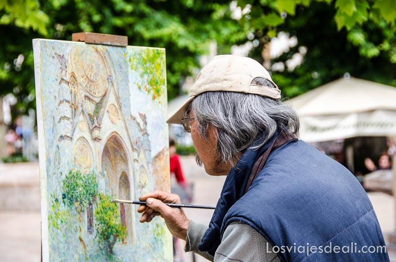 pintor con su lienzo de la catedral de sóller en la plaza ruta por los pueblos de la tramontana