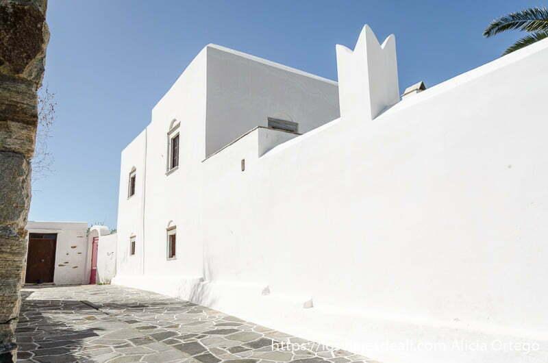 casa de muros muy blancos en ano sagri pueblo de naxos