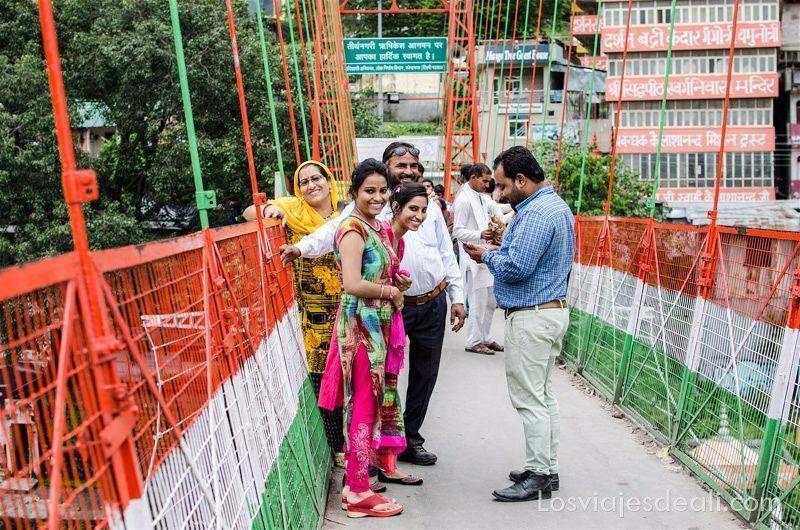 familia mirando sonriente a la foto en un puente de Rishikesh colores del mundo