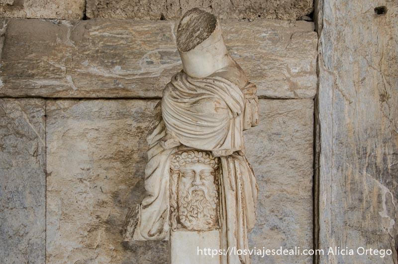 cabeza de hombre griego con barba y pelo rizados en mármol lugares de interés en Atenas