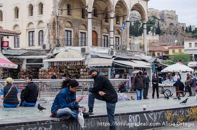 jóvenes en la plaza monastiraki con mezquita detrás lugares de interés en atenas