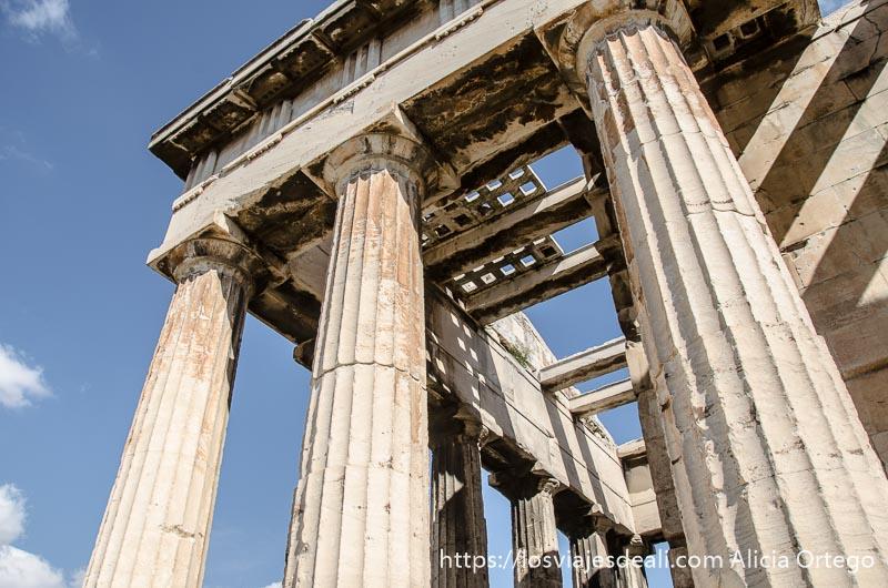 columnas y entramado en el techo de templo griego lugares de interés en atenas