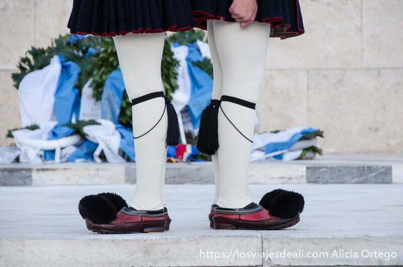 piernas de soldados de la plaza sintagma con zapatos tradicionales con borlas negras y medias blancas lugares de interés en atenas
