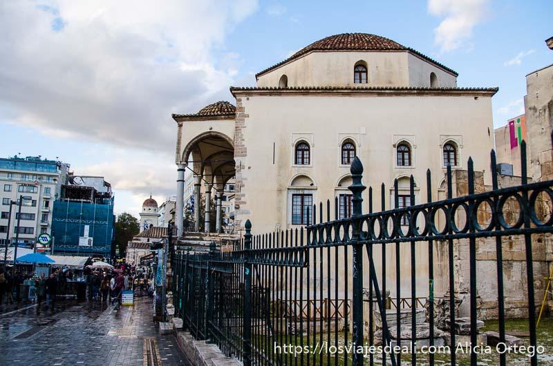 mezquita Tzisdaraki con cúpula y columnas lugares de interés en atenas