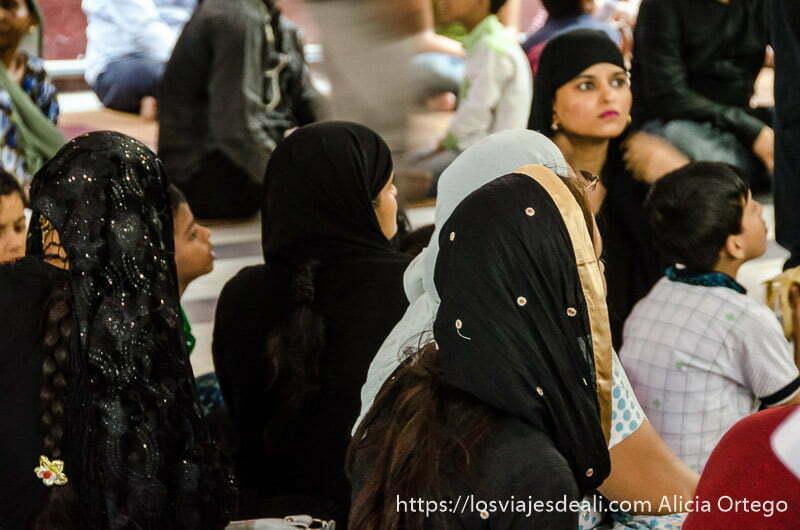 grupo de mujeres con velos negros sentadas en el suelo qué ver en delhi