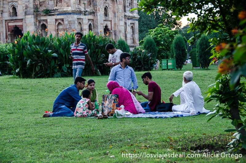 familia de clase media de Delhi haciendo picnic en lodhi gardens qué ver en delhi