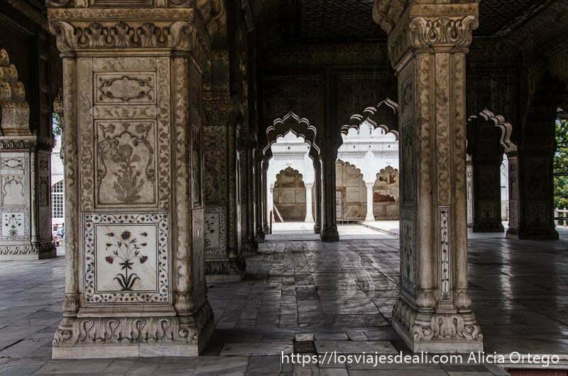 sala llena de columnas y arcos con mármoles llenos de relieves en fuerte rojo qué ver en delhi
