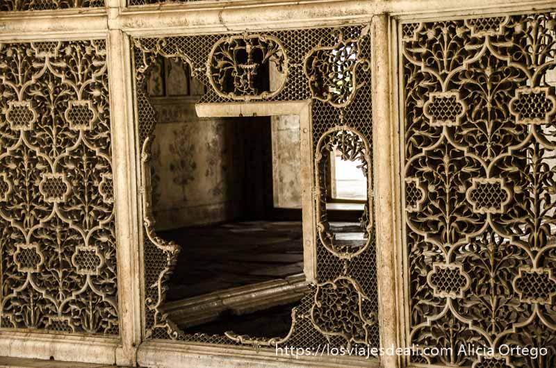 antigua celosía medio rota hecha de mármol fuerte rojo qué ver en delhi