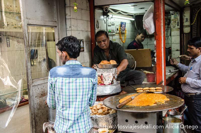 puesto de buñuelos en la calle qué ver en delhi