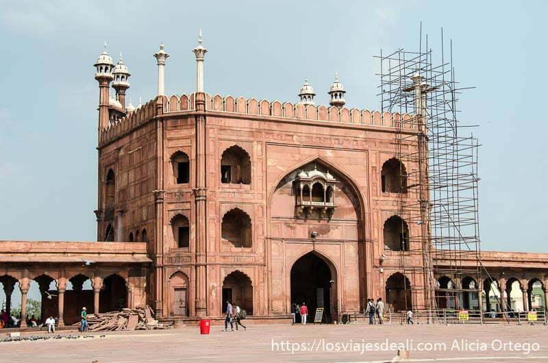 edificio rojo de mezquita jama masjid qué ver en delhi