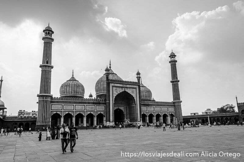 mezquita jama masjid con sus cúpulas y minaretes y gran patio delante qué ver en delhi