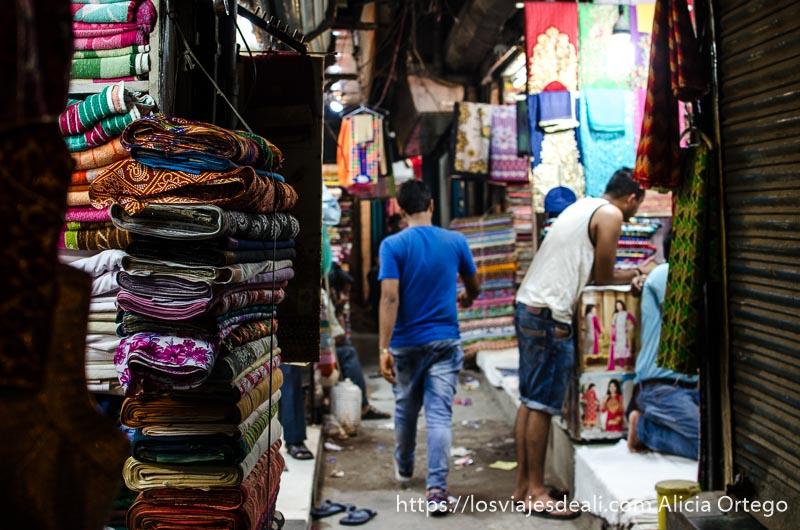 callejón lleno de tiendas que venden telas de colores qué ver en delhi