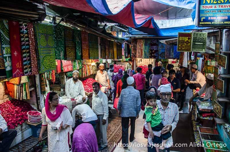 callejón lleno de gente qué ver en delhi