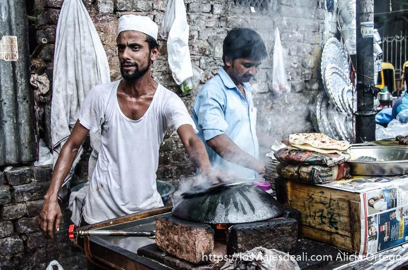 puesto de comida con vendedor muy delgado con gorrito blanco de musulmán y ollas humeantes qué ver en delhi