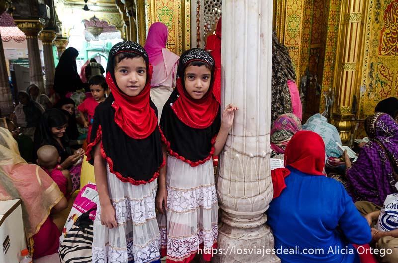 dos niñas mellizas con hiyab de color rojo y negro qué ver en delhi
